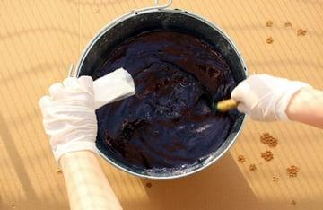 Mix the indigo vat