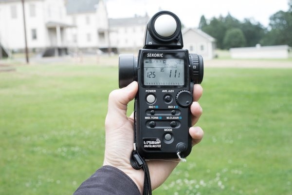 Using a hand-held incident meter for landscape photography