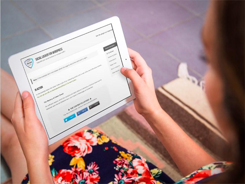 Chica visualizando una página web con contenido protegido mediante botones para compartir en redes sociales