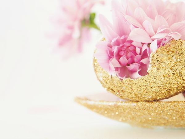 Make a glittery egg centrepiece with fresh flowers for easter youre done negle Image collections