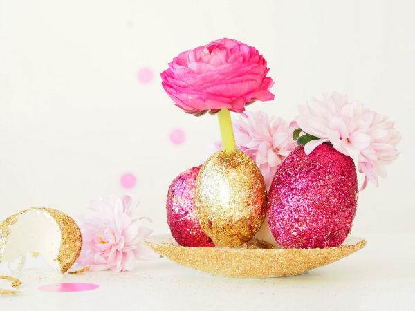Make a glittery egg centrepiece with fresh flowers for easter these pretty glittery gems will make an eye catching centrepiece on your easter table and would make a gorgeous hostess gift too negle Image collections