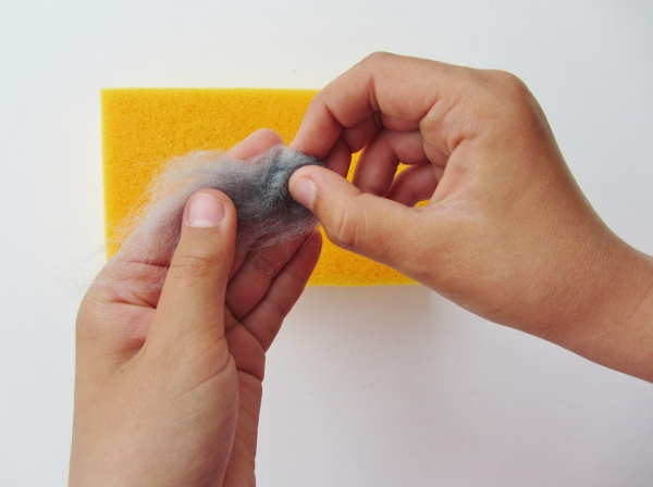 Roll the wool in between your fingers to make a roundish shape