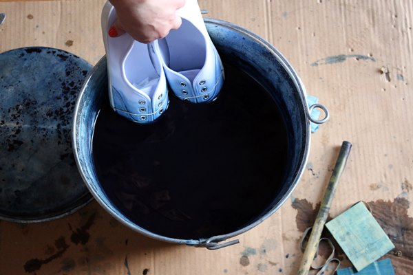 Remove the shoes and then quickly dip them once more in the dye holding them a bit higher