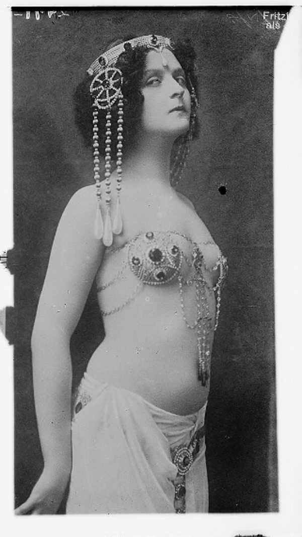belly dance performer