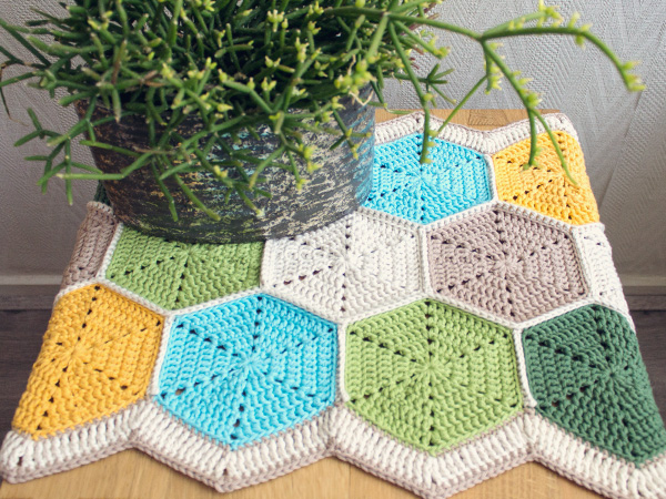 Crochet table runner by Wink