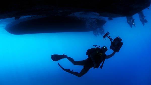 diver underboat